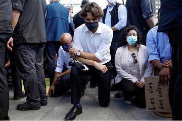 Thủ tướng Canada quỳ gối ủng hộ biểu tình chống phân biệt chủng tộc