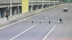 Hai cậu bé bày cọc tiêu trên đường cao tốc, ô tô nối đuôi nhau ùn tắc