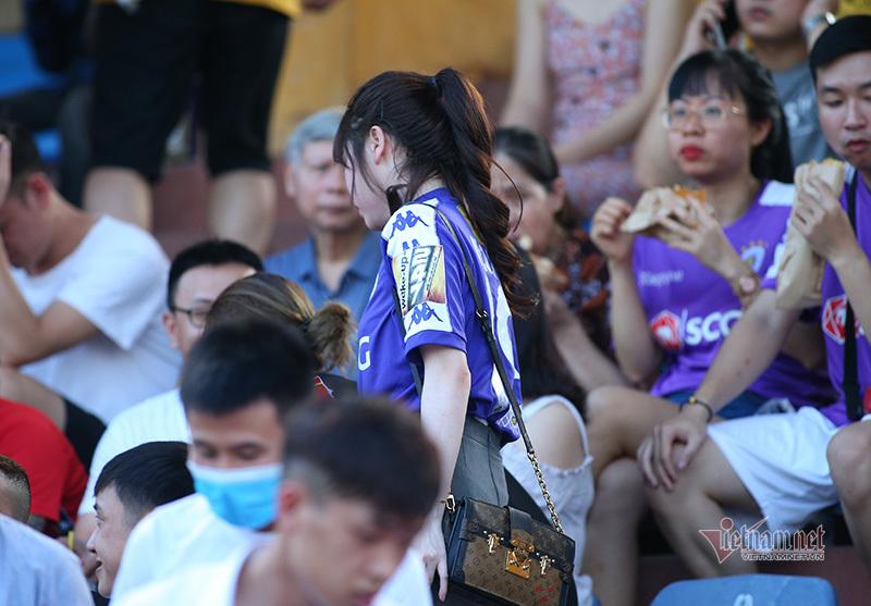 Huỳnh Anh tranh thủ ăn lấy sức cổ vũ Quang Hải