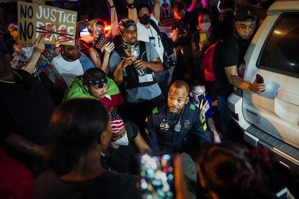 Hình ảnh cảnh sát da màu đồng cảm cùng người biểu tình ở Mỹ