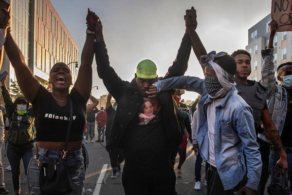 Giữa làn sóng biểu tình, sự đồng thuận lạ thường đang diễn ra tại Mỹ