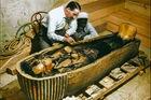'Khoảnh khắc vàng' lúc mở quan tài vua Tutankhamun