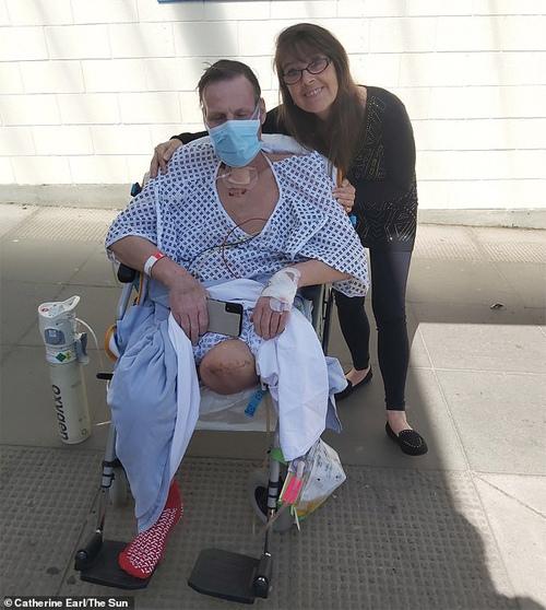Bệnh nhân Covid-19 thoát cửa tử nhưng phải cưa chân
