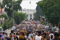 Hàng chục nghìn người biểu tình như đi hội trên khắp nước Mỹ