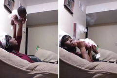 Người mẹ bế con 1 tuổi như nâng tạ vừa phì phèo điếu thuốc