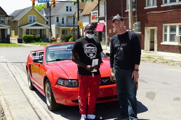 Chàng trai được tặng Mustang mui trần vì dọn rác sau biểu tình ở Mỹ