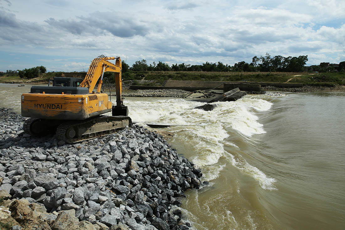 Vỡ đập tràn, 6.800 hộ dân ở Nghệ An thiếu nước sinh hoạt
