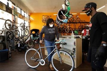 Hết thời tranh giành giấy vệ sinh, người Mỹ đua nhau mua xe đạp