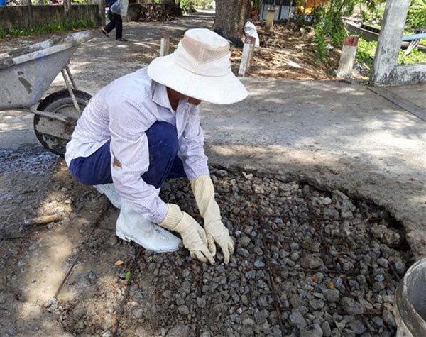 Poor builder volunteers to fix potholes for eightyears