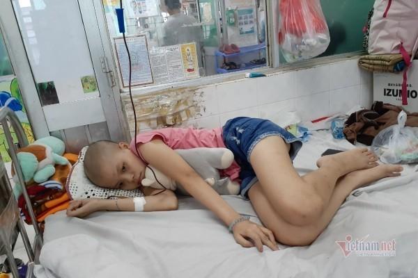 Phát bệnh từ lớp 2, bé gái 5 năm học sinh giỏi đang đau đớn vì ung thư