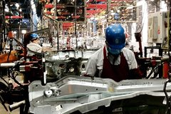 Auto manufacturers manage to retain workers