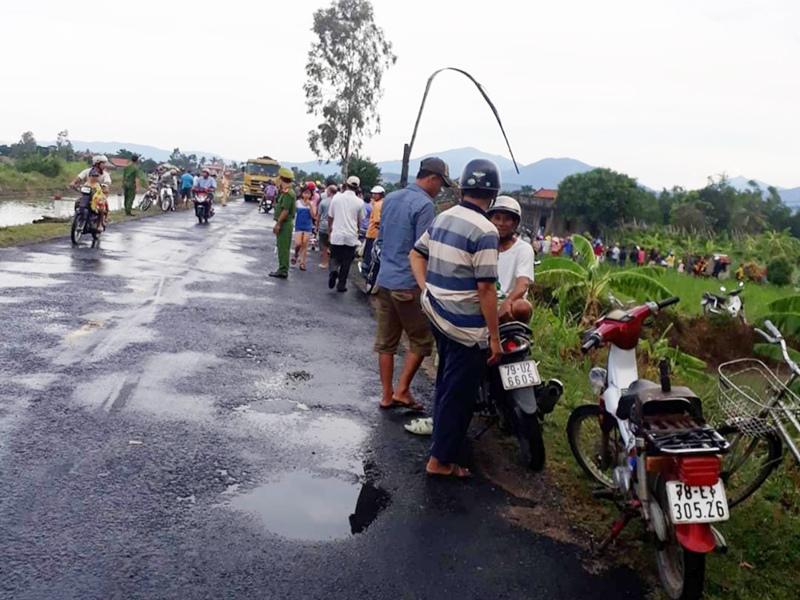 Đang lưu thông trên đường, 2 thanh niên ở Phú Yên bị điện giật tử vong