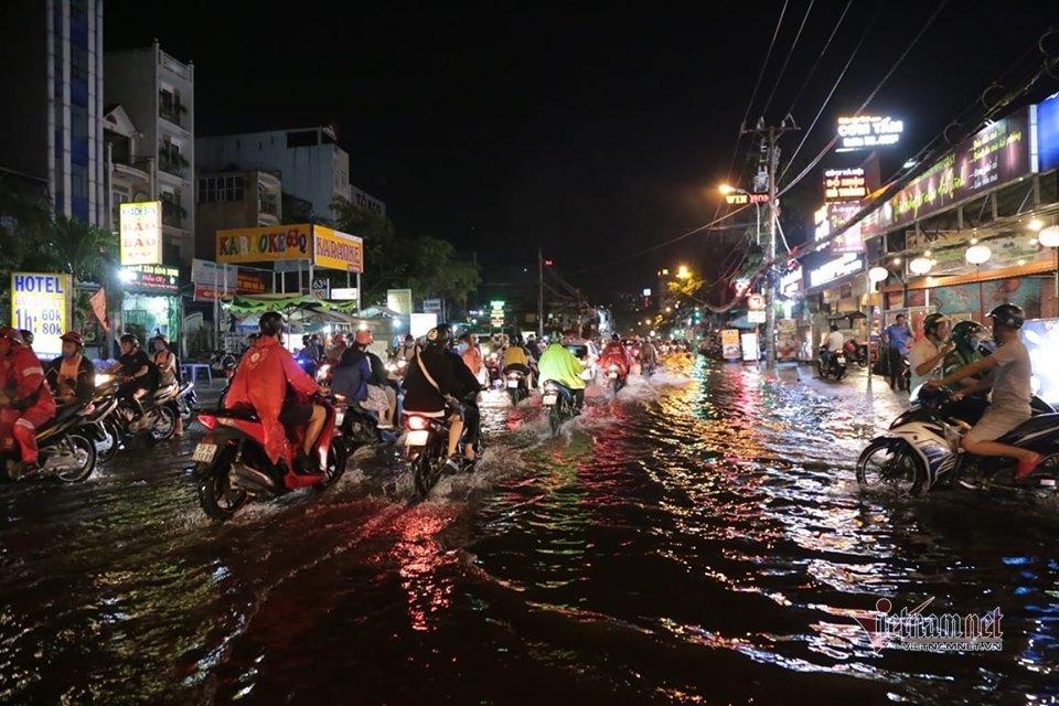 Xắn quần lội giữa đêm ở Sài Gòn, hàng quán ế ẩm... bị nước 'tấn công'