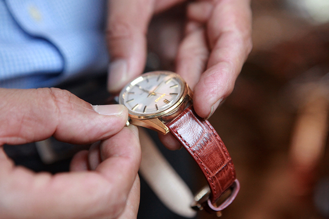 Mục sở thị bộ sưu tập đồng hồ cổ mạ vàng một thời bằng cả gia tài