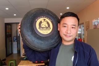 Chàng kỹ sư bỏ việc, theo nghề làm dép lốp cao su
