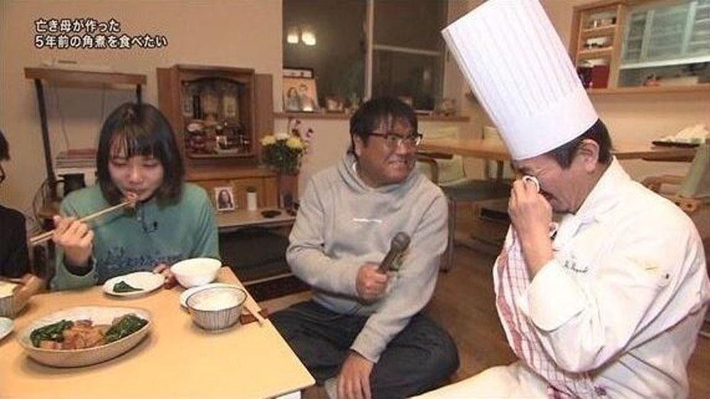 Hai cha con bật khóc khi ăn món mẹ nấu trước khi qua đời