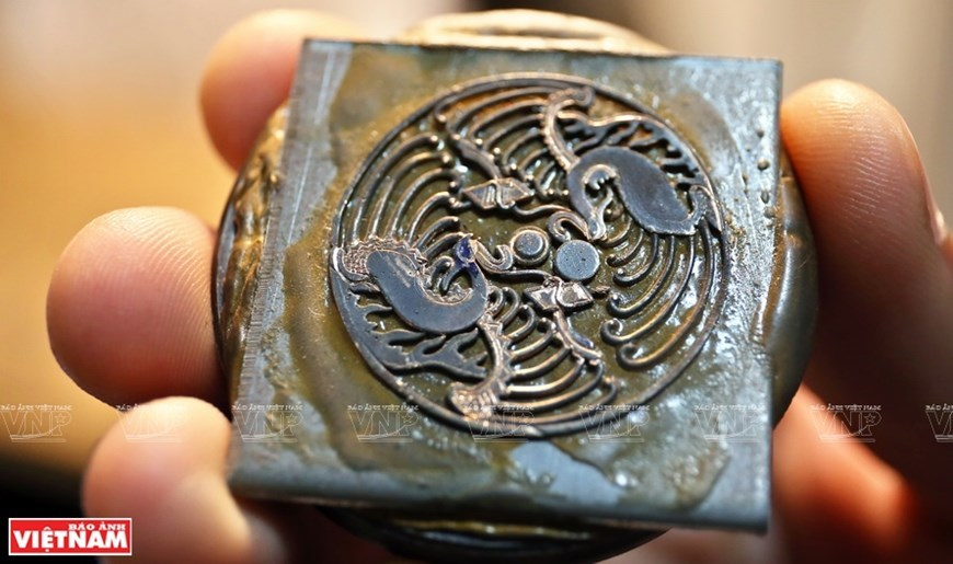 Engraving patterns on watches