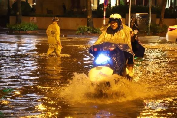 Hà Nội mưa như trút, nước ngập nhiều tuyến phố