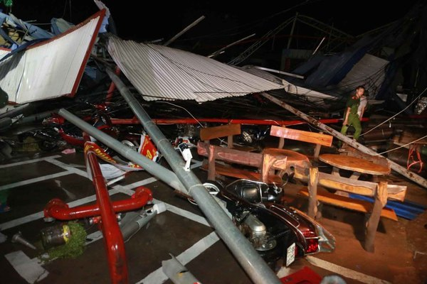 Lốc xoáy sập nhà xưởng làm 3 người chết, 18 người bị thương