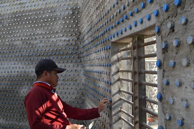 Ngôi nhà khổng lồ xây từ 60.000 chai nhựa phế thải