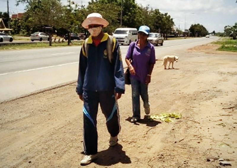 Cặp vợ chồng thất nghiệp đi bộ 300km về quê thăm mẹ ốm