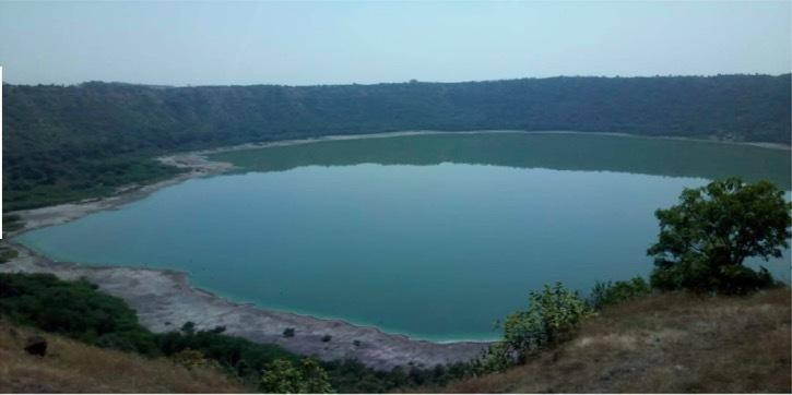 Hồ nước hơn 50 nghìn tuổi bỗng dưng đổi màu hồng