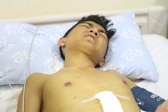 Cậu bé mồ côi cha bị tai nạn dập gan nghiêm trọng