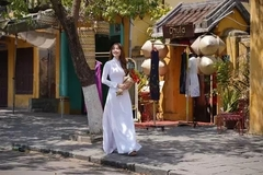 Ao dai show impresses visitors to Hoi An