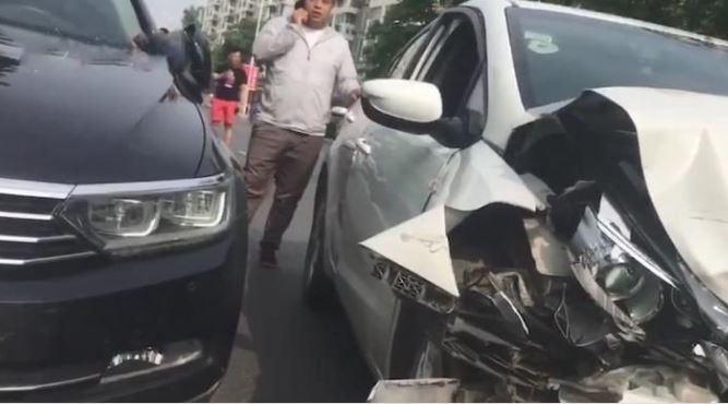 """Cú bẻ lái 'tránh vỏ dưa, gặp vỏ dừa"""" của tài xế xe Kia"""