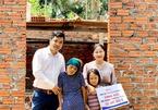 Bé gái không có bố, mẹ bại liệt được ủng hộ hơn 250 triệu đồng