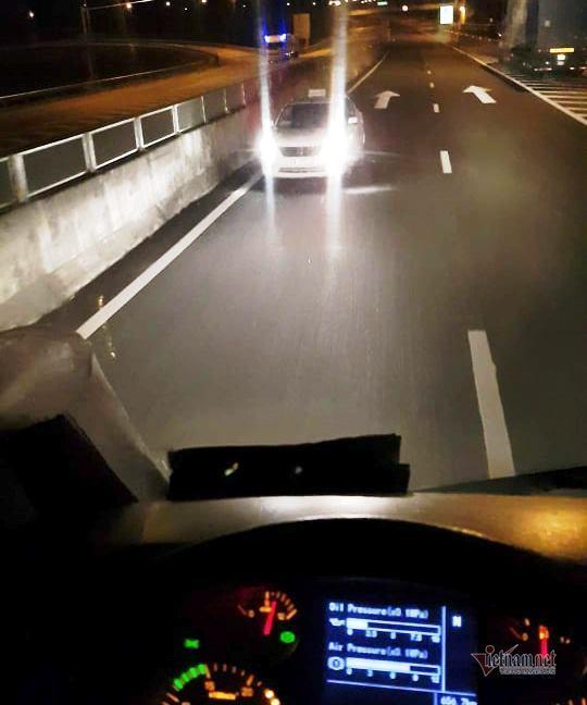 Taxi lao vun vút ngược chiều trên cao tốc Đà Nẵng - Quảng Ngãi