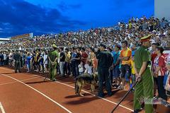 """Sân Hà Tĩnh """"vỡ"""", Ban kỷ luật VFF khó xử nặng"""
