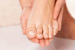 Tự đắp thuốc nam khi trầy xước da, người phụ nữ mất ngón chân