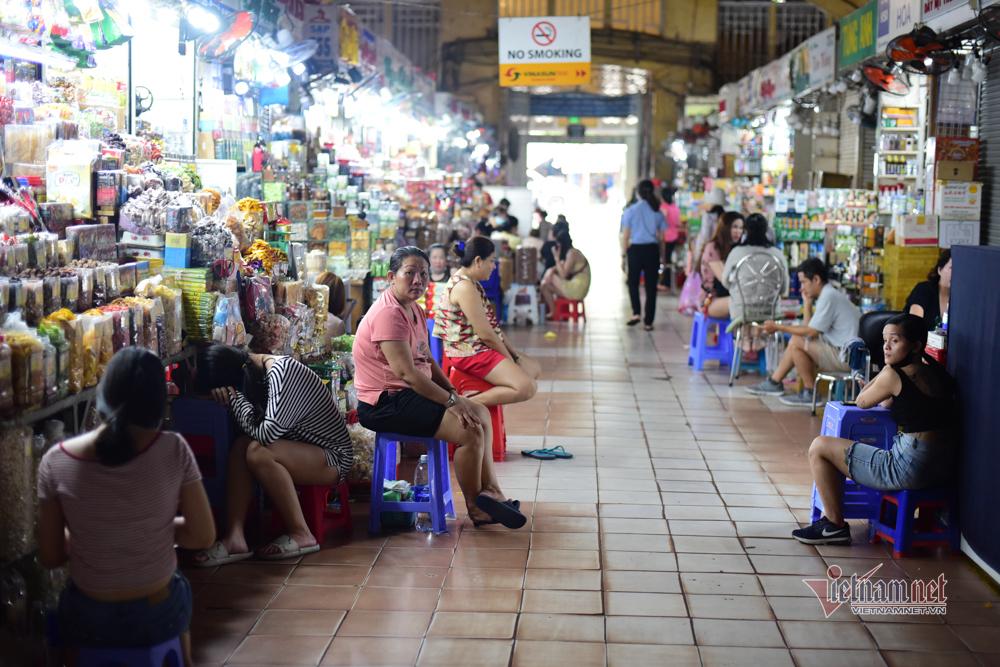 Phố Tây đầy bàn ghế trống, chợ Bến Thành tiểu thương ngủ gật