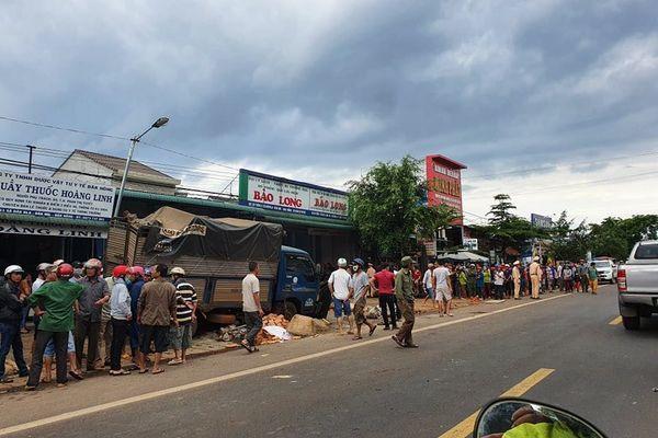 Xe tải lao vào chợ ven quốc lộ, tông 5 người chết, nhiều người bị thương