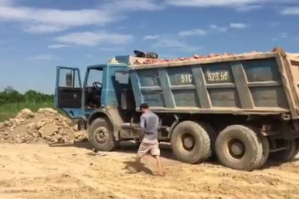 Thanh Hóa làm ngơ để dân xúc cả nghìn m2 đất ruộng bán cho nhà máy gạch