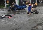 Người Sài Gòn ngã nhào trên đường ngập lụt, giao thông rối loạn