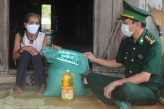 Trao gạo và dầu ăn hỗ trợ các gia đình có hoàn cảnh đặc biệt khó khăn