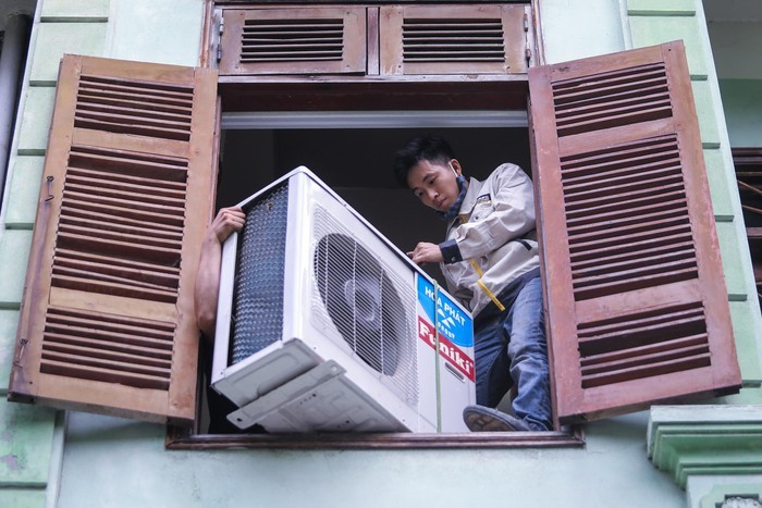 Anh thợ sửa điều hòa kiếm triệu đồng một ngày nắng nóng