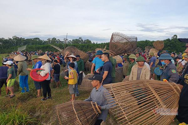 Sau tiếng hô lớn của chủ tịch xã, dân làng ào xuống đầm săn cá