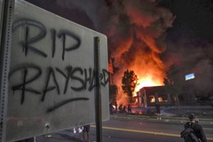 Thêm người da đen bị bắn chết, biểu tình lại dậy sóng ở Mỹ