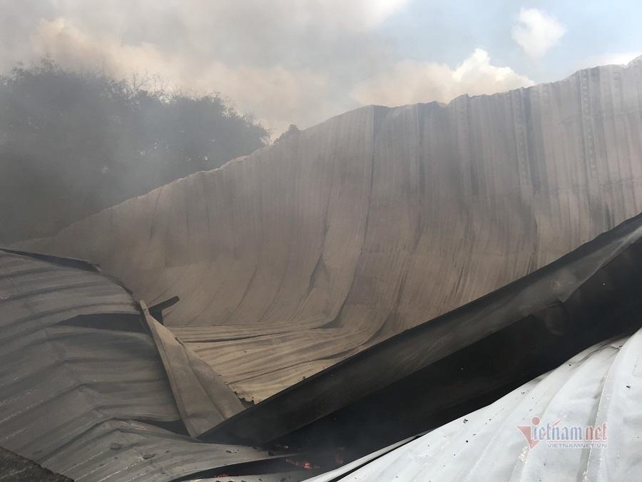 Vựa phế liệu hàng ngàn mét vuông ở Bình Dương bốc cháy dữ dội