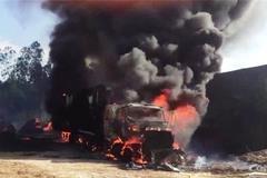 Xe tải bốc lửa, phát nổ như bom trên quốc lộ
