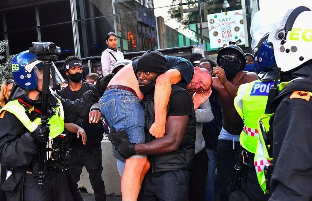 Bức ảnh gây chú ý giữa cuộc biểu tình chống phân biệt chủng tộc