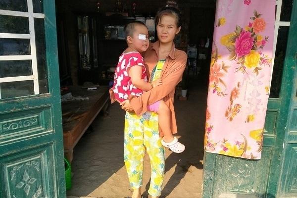 Bé gái ung thư mù lòa được bạn đọc ủng hộ hơn 56 triệu đồng