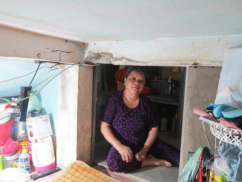 Con gái lập bàn thờ mẹ ở gầm cầu thang chung cư theo di nguyện