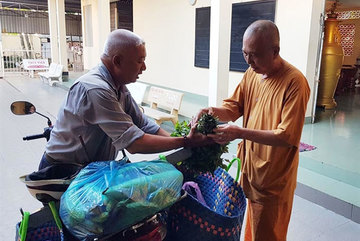 Motorbike taxi driver gives back to charity