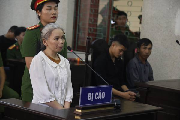 Bị cáo đấm nhau ở phiên tòa xử mẹ nữ sinh giao gà