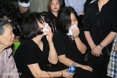 Lễ viếng của nữ MC Diệu Linh: BTV Long Vũ, Quang Minh đều có mặt, người mẹ vẫn khóc nghẹn bên di hài con