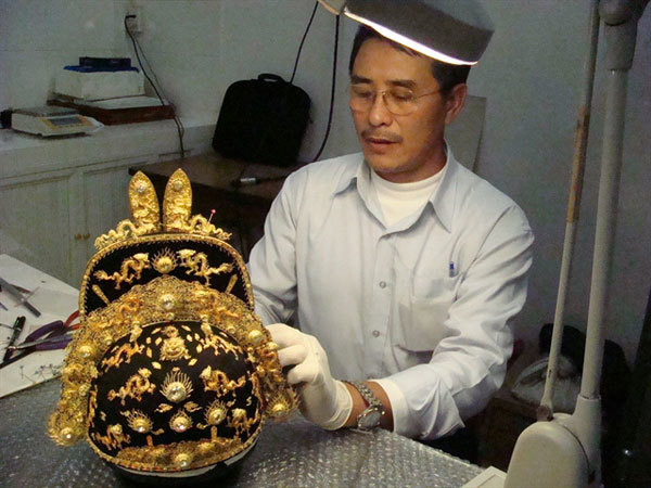 Artisan Vu Kim Loc,passion for collecting antiques,restoring ancient treasures,restore an emperor's hat